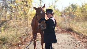 Jovem mulher feliz com o cavalo, sorrindo Cavalo Rider Portrait vídeos de arquivo
