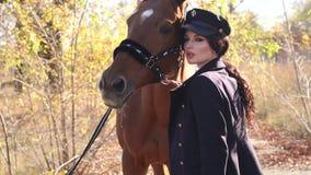 Jovem mulher feliz com o cavalo, sorrindo Cavalo Rider Portrait video estoque