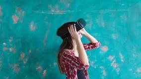 Jovem mulher feliz com os auriculares da realidade virtual video estoque