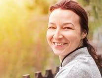 Jovem mulher feliz com pele natural na natureza Retrato da mulher Fotografia de Stock Royalty Free