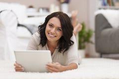 Jovem mulher feliz com tabuleta Fotos de Stock Royalty Free