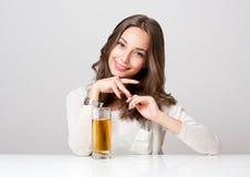 Jovem mulher feliz com vidro do suco de fruto Imagens de Stock Royalty Free