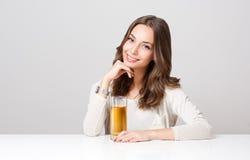 Jovem mulher feliz com vidro do suco de fruto Fotografia de Stock Royalty Free