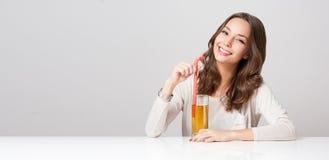 Jovem mulher feliz com vidro do suco de fruto Foto de Stock Royalty Free