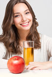 Jovem mulher feliz com vidro do suco de fruto Imagem de Stock