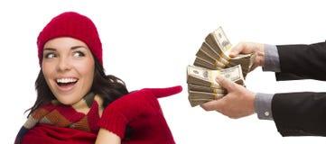 Jovem mulher feliz da raça misturada que está sendo entregada milhares de dólares Fotos de Stock Royalty Free