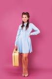 Jovem mulher feliz do retrato com mala de viagem Curso fotografia de stock royalty free