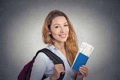 Jovem mulher feliz do turista que guarda o bilhete do voo do feriado do passaporte Imagem de Stock