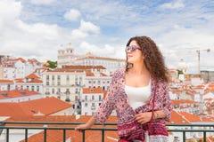 Jovem mulher feliz em Lisboa Portugal com panteão nacional e Imagem de Stock Royalty Free