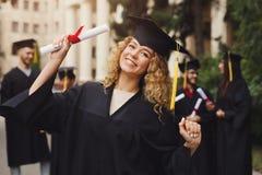 Jovem mulher feliz em seu dia de graduação imagens de stock royalty free