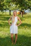 Jovem mulher feliz em um prado da flor do verão exterior Imagens de Stock Royalty Free