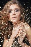 Jovem mulher feliz em um vestido de noite que comemora o ano novo Fotos de Stock Royalty Free