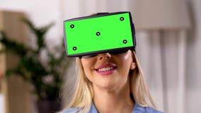 Jovem mulher feliz em vidros do vr em casa vídeos de arquivo
