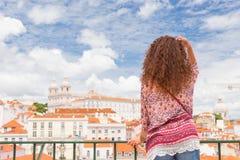Jovem mulher feliz entusiasmado em Lisboa Portugal Foto de Stock Royalty Free