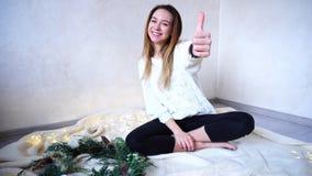 A jovem mulher feliz está feliz com feriados e férias do ano novo, Imagens de Stock