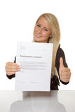 A jovem mulher feliz está feliz sobre seu contrato de emprego Fotos de Stock