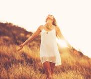 Jovem mulher feliz fora em Susnet Estilo de vida da forma imagem de stock