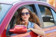 Jovem mulher feliz na condução de carro na estrada Imagem de Stock Royalty Free