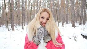 Jovem mulher feliz na floresta ou no parque do inverno filme