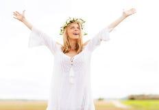 Jovem mulher feliz na grinalda da flor no campo de cereal Imagens de Stock Royalty Free