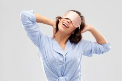 Jovem mulher feliz na m?scara do sono do pijama e do olho imagem de stock