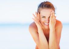 Jovem mulher feliz na praia que tem o divertimento Imagens de Stock Royalty Free