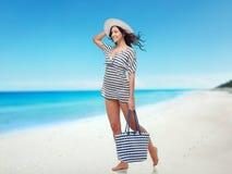 Jovem mulher feliz na roupa do verão e no chapéu do sol Fotografia de Stock