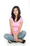 Jovem mulher feliz no assento e no pensamento do vestuário desportivo Imagens de Stock