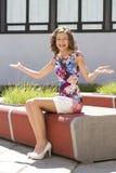 Jovem mulher feliz no banco fotografia de stock royalty free