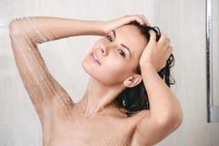 Jovem mulher feliz no chuveiro Fotografia de Stock