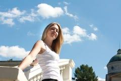 Jovem mulher feliz no parque Fotografia de Stock Royalty Free