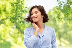 Jovem mulher feliz no pijama sobre o fundo cinzento imagens de stock