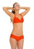 Jovem mulher feliz no roupa de banho que aprecia tomar sol Imagem de Stock
