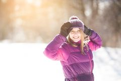 Jovem mulher feliz nos mitenes imagem de stock