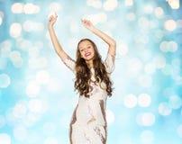 Jovem mulher feliz ou dança adolescente sobre luzes azuis Fotografia de Stock