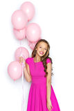 Jovem mulher feliz ou menina adolescente no vestido cor-de-rosa Imagens de Stock Royalty Free