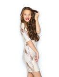 Jovem mulher feliz ou menina adolescente no vestido de fantasia imagens de stock