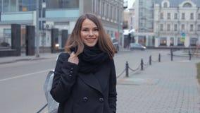 A jovem mulher feliz põe sobre a trouxa video estoque