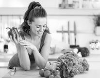 Jovem mulher feliz pronta para fazer o sala do legume fresco Fotografia de Stock