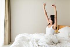 Jovem mulher feliz que acorda na manhã foto de stock