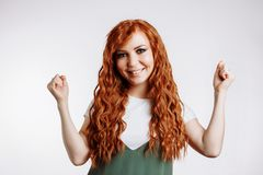 Jovem mulher feliz que comemora a vitória foto de stock