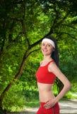 Jovem mulher feliz que exercita fora Fotografia de Stock