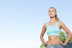 Jovem mulher feliz que exercita fora Imagens de Stock