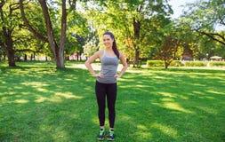 Jovem mulher feliz que exercita fora Fotos de Stock Royalty Free