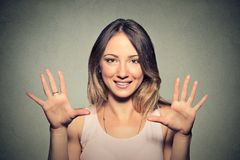 A jovem mulher feliz que faz cinco vezes assina o gesto com mãos Foto de Stock