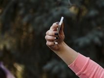 Jovem mulher feliz que faz o selfie Mão com telefone fotografia de stock royalty free