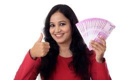 Jovem mulher feliz que guarda o indiano 2000 notas da rupia Fotos de Stock Royalty Free