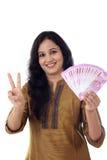 Jovem mulher feliz que guarda o indiano 2000 notas da rupia Imagens de Stock