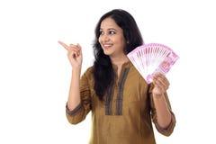 Jovem mulher feliz que guarda o indiano 2000 notas da rupia Fotos de Stock