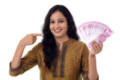 Jovem mulher feliz que guarda o indiano 2000 notas da rupia Imagem de Stock Royalty Free